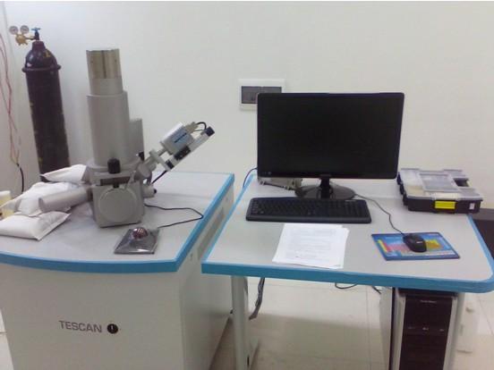 设备简介:利用电子束扫描样品表面从而获得样品信息。它能产生样品表面的高分辨率图像,且图像呈三维,扫描电子显微镜能被用来鉴定样品的表面结构。它具有制样简单、放大倍数可调范围宽、图像的分辨率高、景深大等特点。可观察纳米材料、进口材料断口的分析、直接观察大试样的原始表面、观察厚试样、观察试样的各个区域的细节、从高倍到低倍的连续观察、动态观察等。